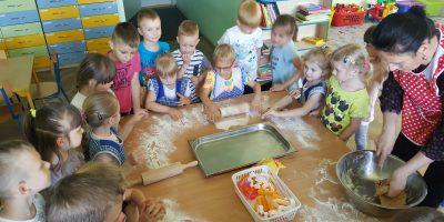 Pieczenie ciasteczek w gr. Sówki.