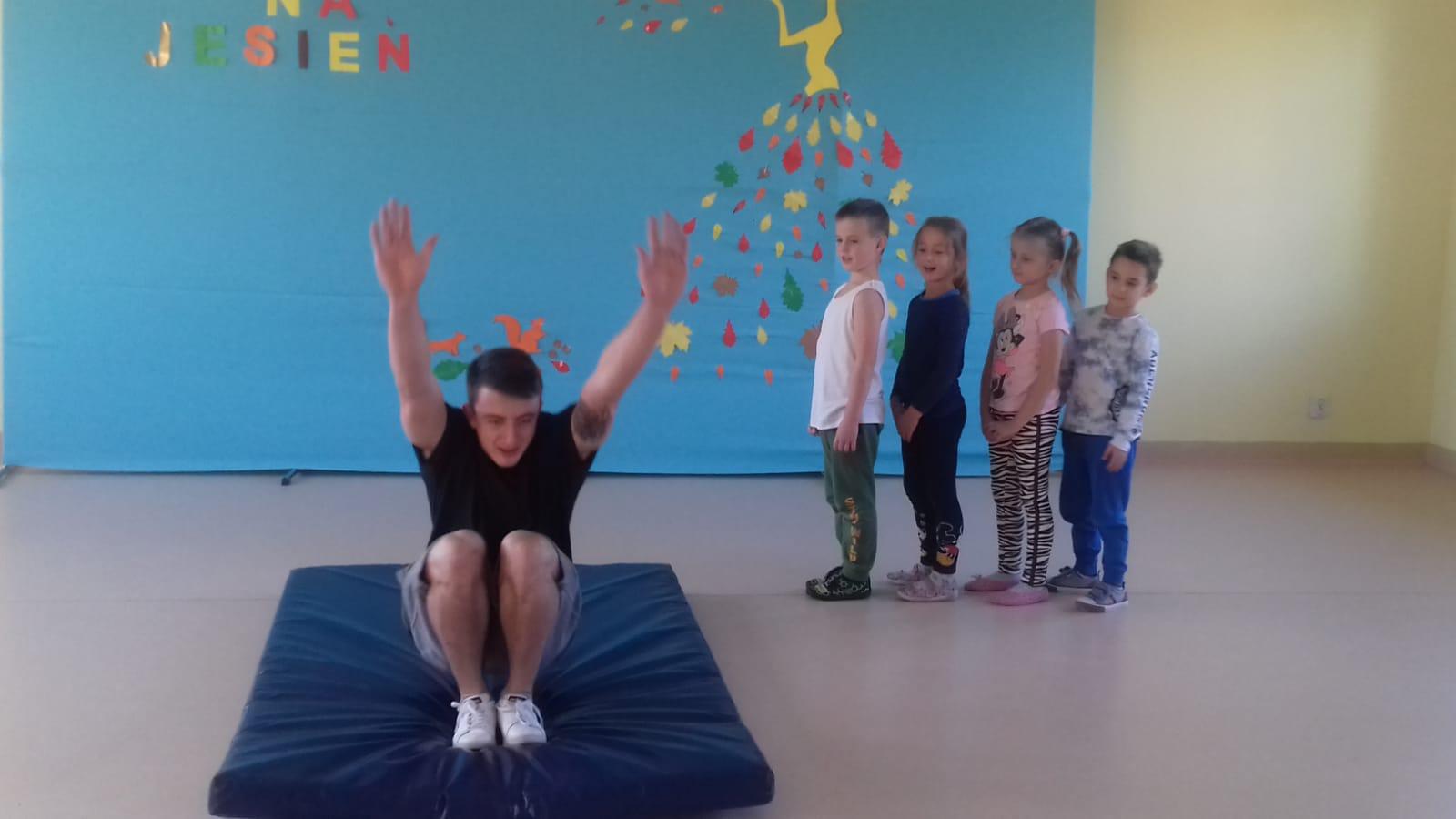 Pokaz gimnastyki artystycznej.