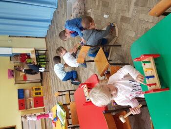 Zabawy dowolne i praca przy stolikach w Słoneczkach