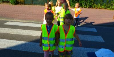 Dzieci z grupy Żabki poznają zasady ruchu drogowego
